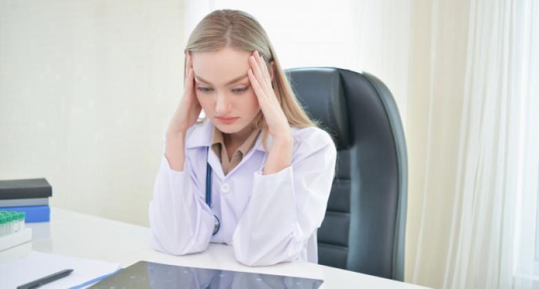 Charla sobre el síndrome de burnout en el personal de blanco