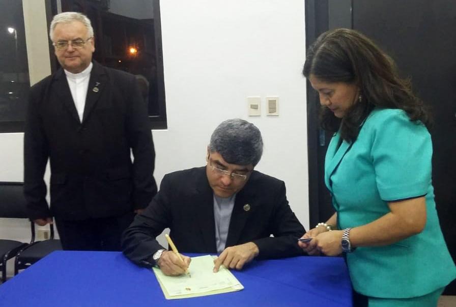 UC firma escritura pública de nueva propiedad en Guarambaré