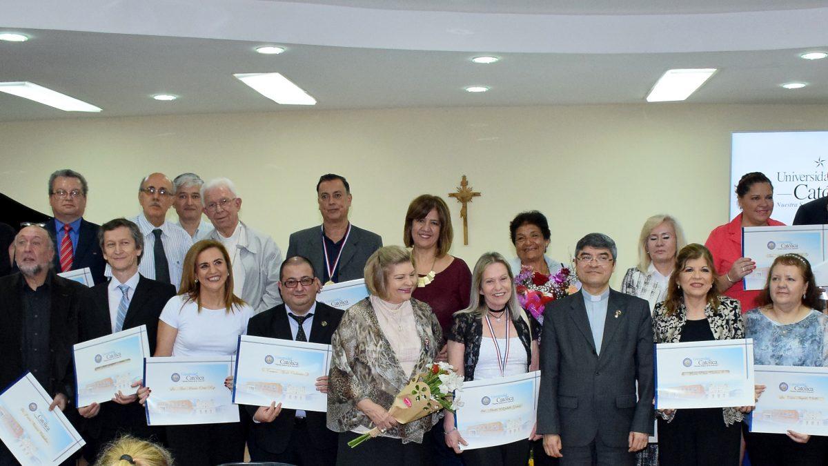 Homenaje a funcionarios y docentes de la Universidad Católica