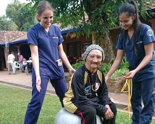 Estudiantes de Kinesiología realizan prácticas en el Hogar de ancianos de Santa Lucía