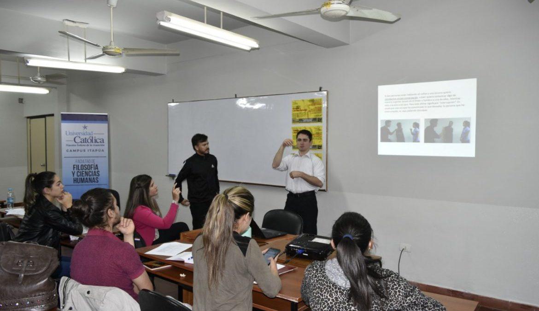 Alumnos aprenden el lenguaje de señas en la UC Campus Itapúa