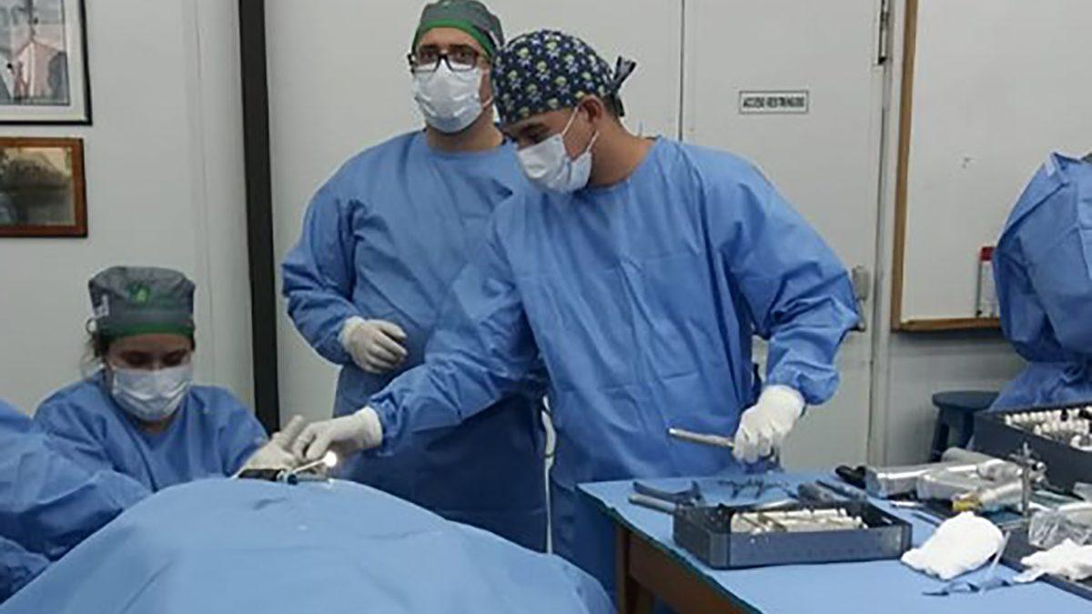 Curso intensivo de destrezas quirúrgicas de rodilla en la UC