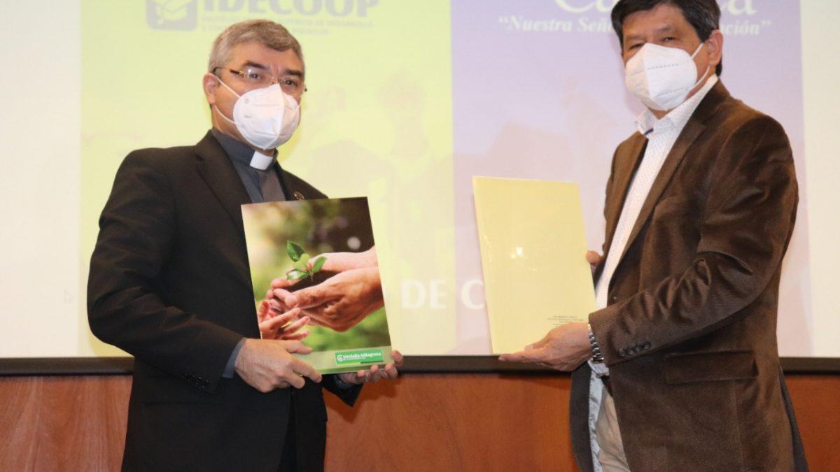 Universidad Católica y Cooperativa Medalla Milagrosa firman acuerdo de cooperación