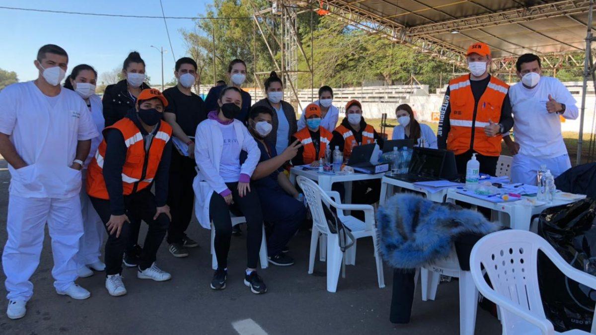 Estudiantes de Medicina realizan trabajo voluntario en vacunatorio del autódromo